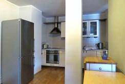 na pierwszym planie kuchnia w luksusowym apartamencie na wynajem Wrocław