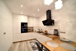 nowoczesna zabudowa kuchni w luksusowym apartamencie do wynajmu Bolesławiec