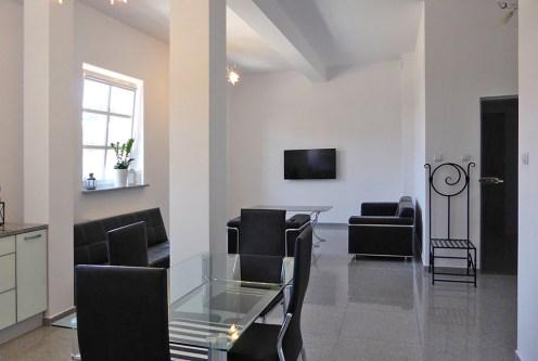 na zdjęciu komfortowo zaprojektowane i urządzone wnętrze ekskluzywnego apartamentu do wynajmu Mazury