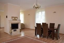 na zdjęciu salon oraz kominek w luksusowym pałacu do sprzedaży dolnośląskie