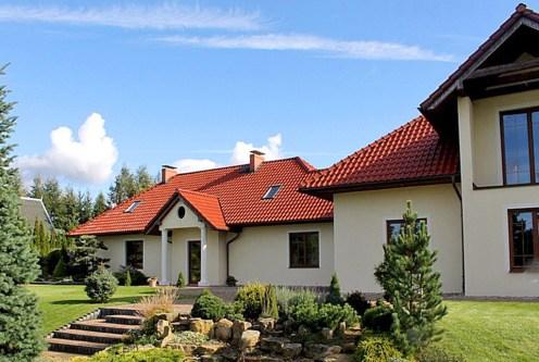 na pierwszym planie imponujący ogród przy ekskluzywnej willi do sprzedaży Starogard Gdański
