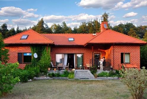 ekskluzywna willa do sprzedaży sfotografowana od strony ogrodu Wrocław (okolice)