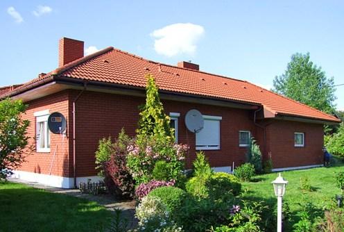 zdjęciu pokazujące ogród oraz tył ekskluzywnej willi do sprzedaży Piotrków Trybunalski (okolice)
