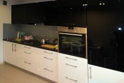 nowocześnie urządzona kuchnia w luksusowym apartamencie na wynajem