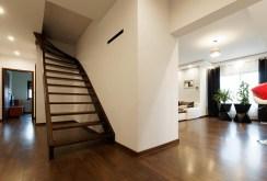 hol ze schodami na drugie piętro w luksusowej willi na sprzedaż Tarnów