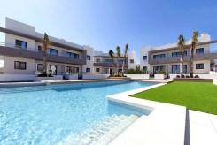 widok na ogromny basen przy luksusowym apartamencie na sprzedaż Hiszpania