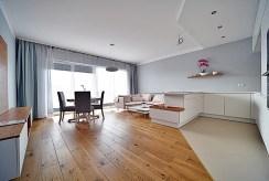 widok na przestronne wnętrze ekskluzywnego apartamentu na wynajem Bolesławiec