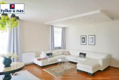 na pierwszym planie salon w ekskluzywnym apartamencie do sprzedaży Gdynia