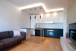 widok z innej perspektywy na luksusowy aneks kuchenny w ekskluzywnym apartamencie do sprzedaży Poznań