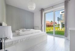 elegancka sypialnia w luksusowym apartamencie do sprzedaży nad morzem