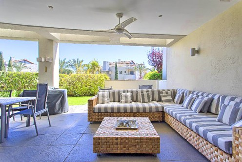na pierwszym planie elegancki salon w luksusowym apartamencie na sprzedaż Hiszpania (Costa del Sol, Malaga)