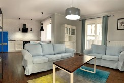 zbliżenie z innej perspektywy na salon w luksusowym apartamencie do wynajmu Konin