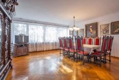 na pierwszym planie komfortowa jadalnia w luksusowej willi na sprzedaż Sopot