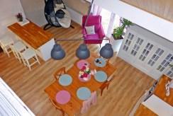 rzut z górnego poziomu na salon w ekskluzywnej willi do sprzedaży Malbork (okolice)