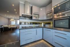 kuchnia w zabudowie w luksusowym apartamencie do sprzedaży Bolesławiec