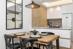 kuchnia w praktycznej zabudowie z jadalnią w luksusowym apartamencie na sprzedaż Hiszpania