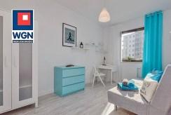 zdjęcie prezentuje jedno z komfortowych pokoi w luksusowym apartamencie na sprzedaż Gdańsk