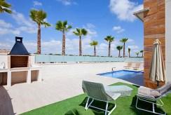 na pierwszym planie basen przy luksusowej willi do sprzedaży Hiszpania