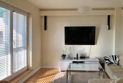 widok na pokój gościnny w ekskluzywnym apartamencie na wynajem Mazury