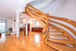 oryginalne schody na górny poziom w ekskluzywnej willi na sprzedaż Warszawa