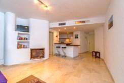 po lewej salon, po prawej kuchnia w luksusowym apartamencie na sprzedaż Hiszpania (Punta Prima)