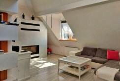 zbliżenie na kominek w salonie ekskluzywnego apartamentu do sprzedaży Legnica (okolice)