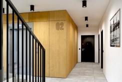 designerska klatka schodowa w apartamentowcu, gdzie znajduje się oferowany na sprzedaż ekskluzywny apartament Myszków