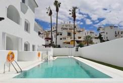 zbliżenie na basen przy luksusowym apartamencie na sprzedaż Hiszpania