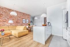 po lewej pokój dzienny, po prawej aneks kuchenny w ekskluzywnym apartamencie do sprzedaży Szczecin