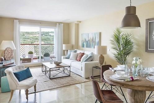 elegancki salon w luksusowym apartamencie na sprzedaż Hiszpania (La Alcaidesa, Sotogrande)