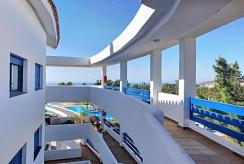 imponujący taras przy luksusowym apartamencie na sprzedaż Hiszpania (Manilva, Malaga)