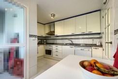 zabudowana kuchnia w luksusowym apartamencie do sprzedaży Hiszpania (Manilva, Malaga)
