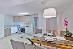 zbliżenie na jadalni i aneks kuchenny w luksusowym apartamencie na sprzedaż Hiszpania (Punta Prima)