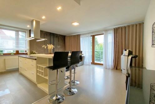 nowoczesny projekt pokoju gościnnego w ekskluzywnym apartamencie do wynajęcia Szczecin