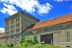 jeden z pomocniczych budynków przy luksusowym pałacu na sprzedaż Dolny Śląsk
