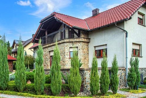 imponujący ogród wokół luksusowej willi na sprzedaż Bolesławiec