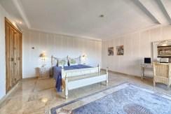 zaciszna sypialnia w luksusowym apartamencie do sprzedaży Hiszpania