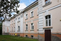 widok z tyłu na ekskluzywny pałac do sprzedaży Wielkopolska