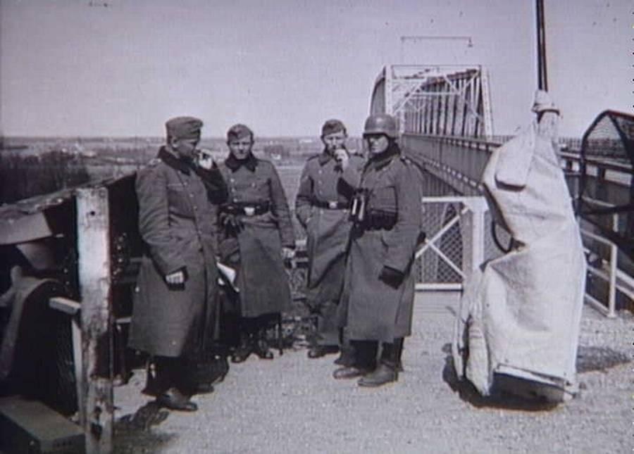 Tyske soldater bevogter den gamle lillebæltsbro. (Nationalmuseet)