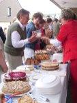 Kuchenverkauf nach dem Hochamt: Viele Wilnsdorfer folgten dem Aufruf der kfd.