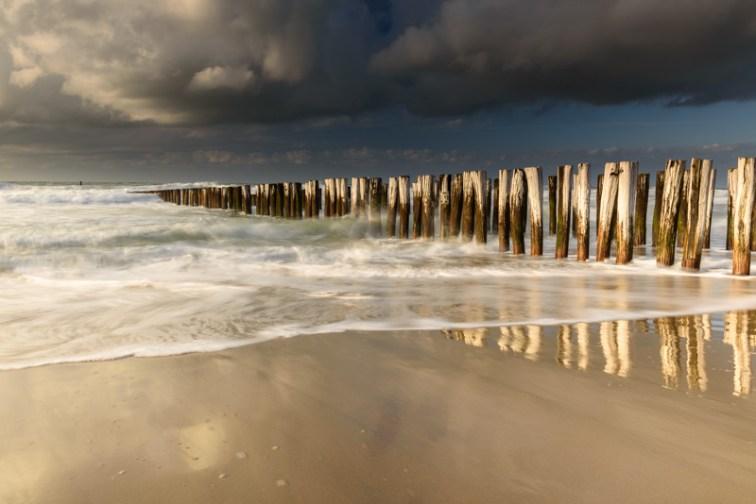 Nummer 10 - palen op het strand van Domburg.