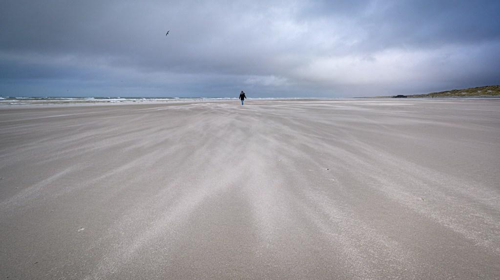 Stuivend zand op het strand