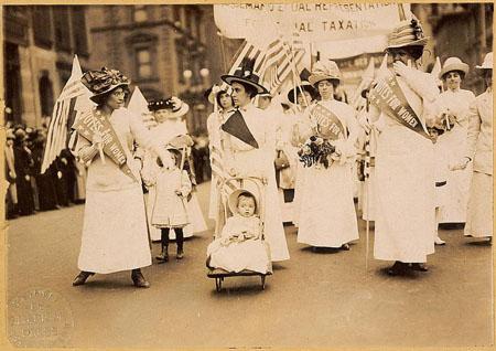 Manifestación de sufragistas en la ciudad de Nueva York