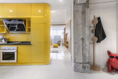 the-existing-concrete-pillars-have-been-left-intact-and-provide-an-interesting-contrast-of-texture-to-the-renovations-new-smooth-glossy-surfaces