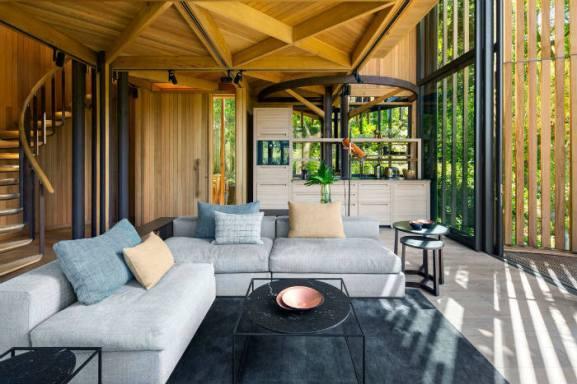 καθιστικό-και-τριγωνικά-σχέδια-οροφής