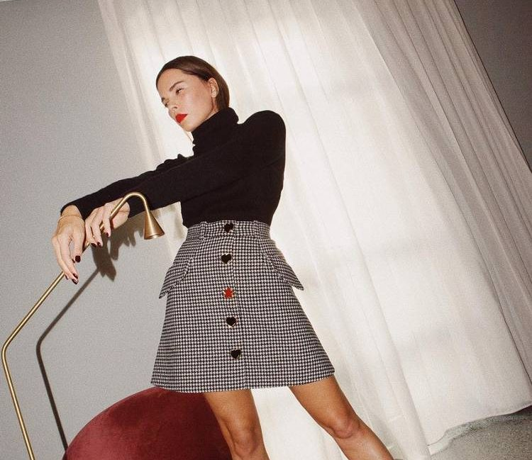 Το νέο fashion trend του Instagram  10+1 σύνολα πουλόβερ-φούστα και πως να  το κάνεις και εσύ! ea6c5445e59
