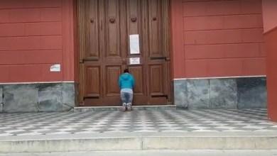 Photo of Catamarqueña busca consuelo en las puertas de la Catedral cerrada