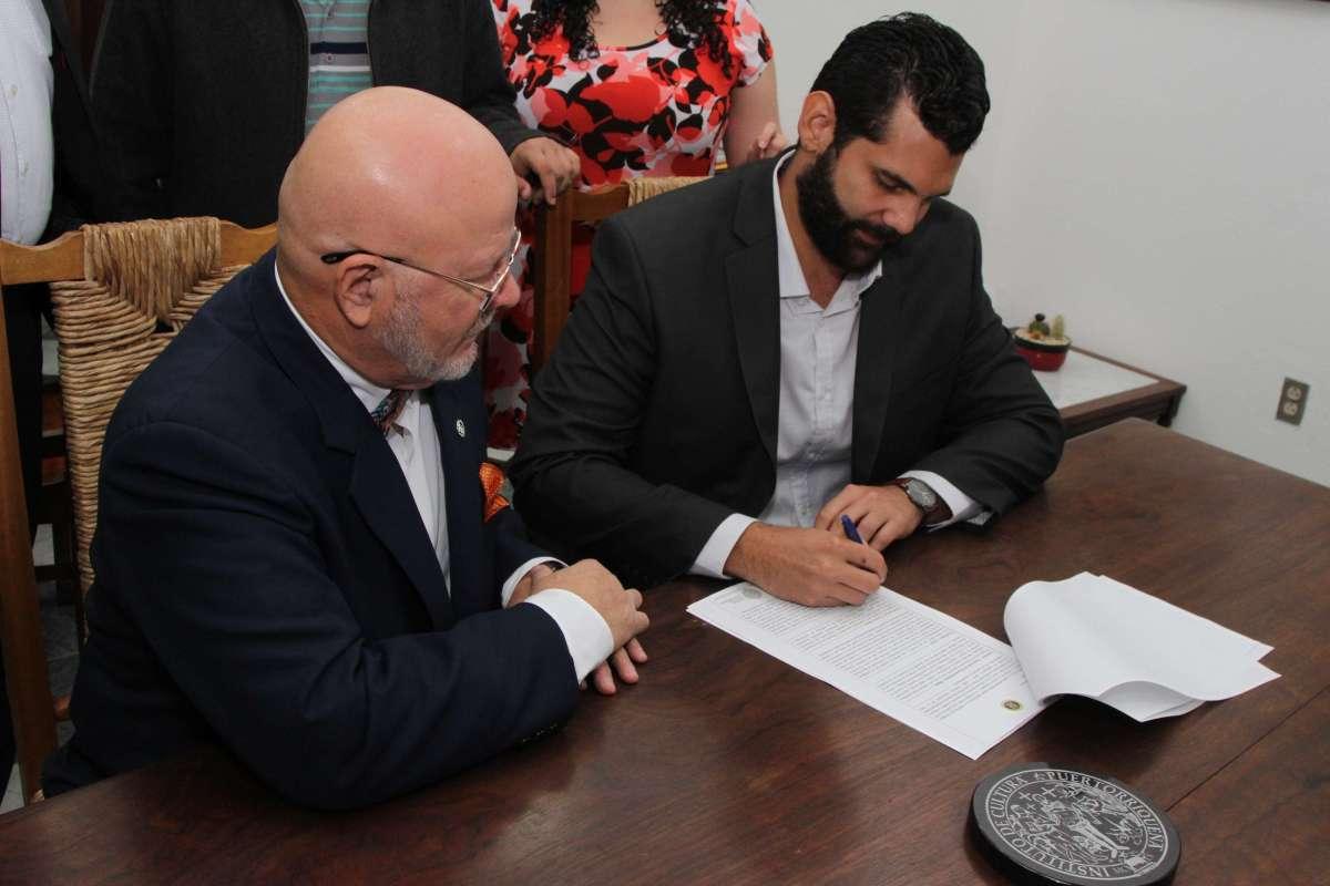 El Rector de la UPR de Carolina, Prof. Jorge I. Valentín Asencio y El Di...