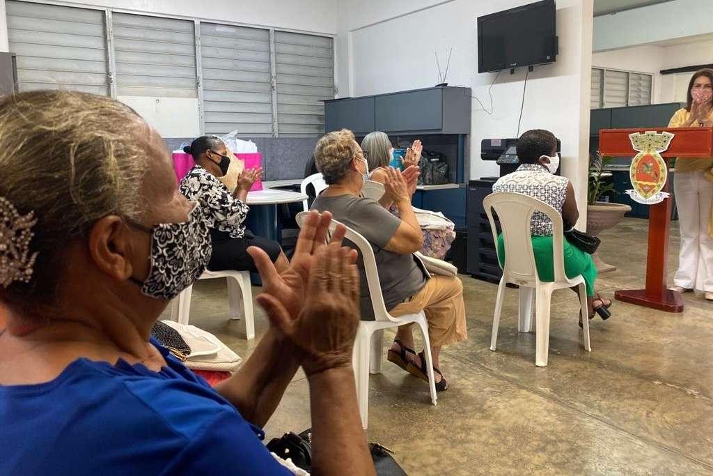 Participantes del programa de costura atienden a Mabel Lasalle de Connec...
