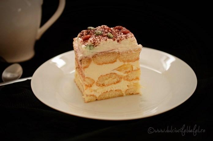Prăjitura cu pișcoturi și cremă de iaurt și fructe 4